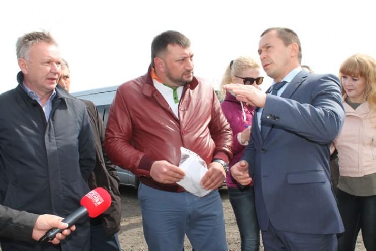 Дмитрий Бердников подчеркнул, что выполнение ремонтных работ будет на постоянном контроле не только у администрации города, а также у общественников.
