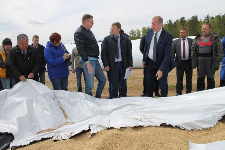 Вячеслав Лизин показал новую эффективную технологию хранения зерна.  В рукавах оно недоступно ни для грызунов, ни для бактерий.