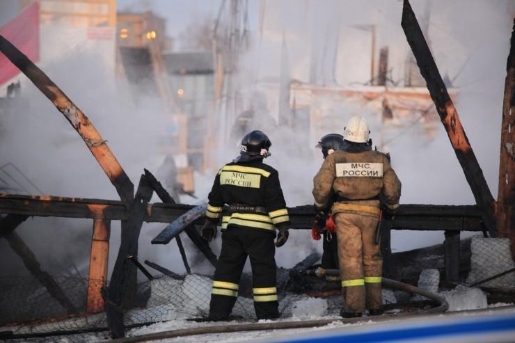 Пожарные приехали быстро, но ледовый городок спасти не удалось.