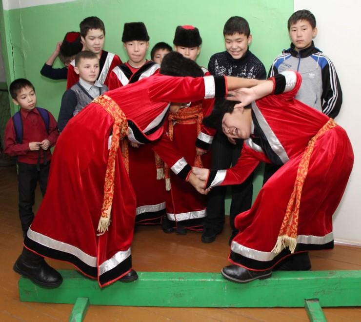 На перемене в Новоленинской школе можно отточить навыки традиционной борьбы