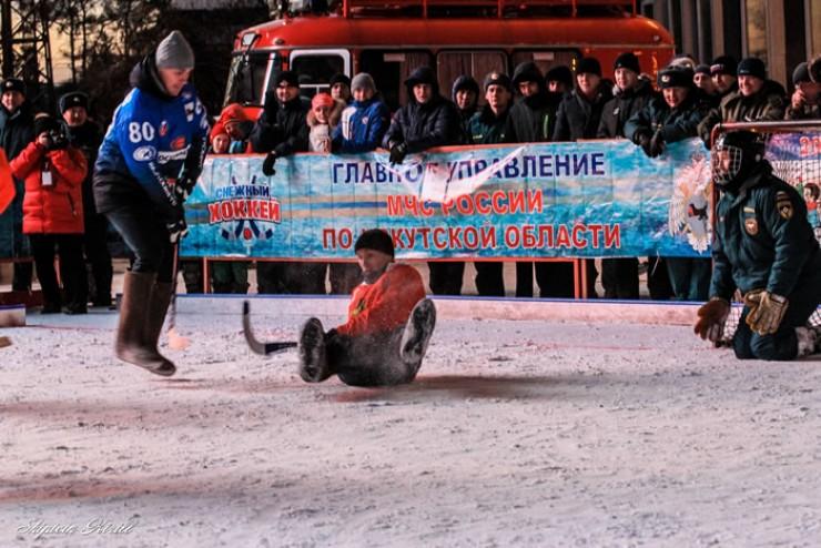 В атаке — лучший бомбардир команды «Байкал-Энергия» Евгений Волгужев. «Пожарные молодцы, — сказал он после турнира, — было тяжело играть против них».