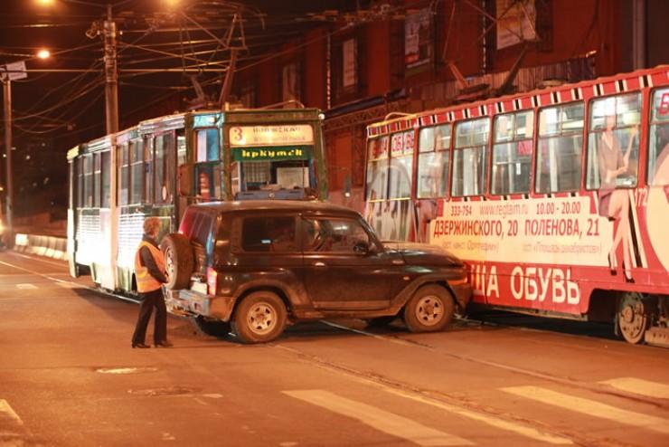 Трамвай маршрута № 3 протаранил внедорожник, после чего машина врезалась в трамвай № 1; от удара трамвай первого маршрута накренился.