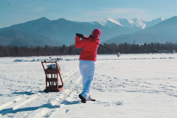 Играть в гольф на льду, да еще такого знаменитого озера, как Байкал, одно удовольствие. И это несмотря на специфику такой игры. На траве заниматься гольфом, конечно, проще.