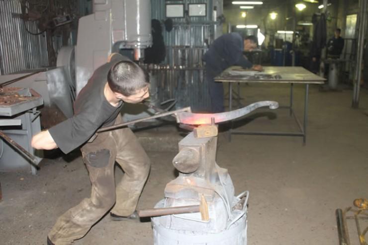 Половина желающих работать в мехцехе отсеивается через неделю. Не всем под силу гнуть металл и превращать его в изящные изделия.