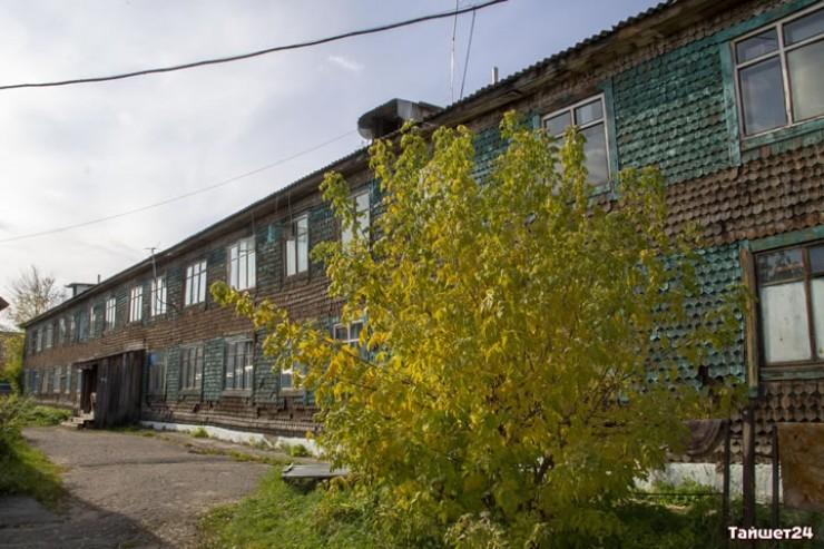 Этому общежитию, где Ольга Ивановна проживала буквально до прошлой недели, более 30 лет. Согласно реестру аварийного жилья, его будут сносить только в 2030 году. То есть еще 10 лет люди будут там жить по соседству со смертью: фундамента здесь толком нет, стены и потолок рассыпаются на глазах.