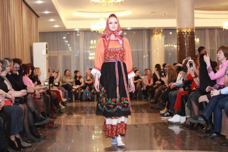 Оригинальные легкие яркие наряды от кутюр надолго запомнились зрителям Irkutsk fashion show. Etnopodium on Baikal. В каждый из созданных образов была вложена частичка души модельера.