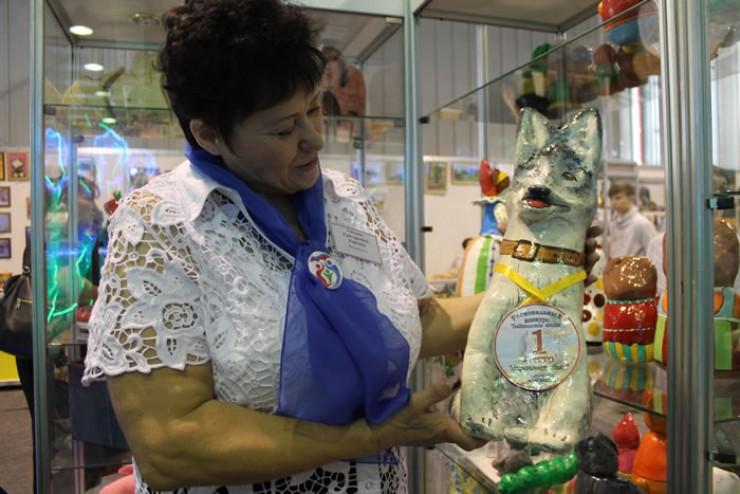 Татьяна Карпова три года изготавливает игрушки из опилок. Они очень легкие и безопасные для детей.