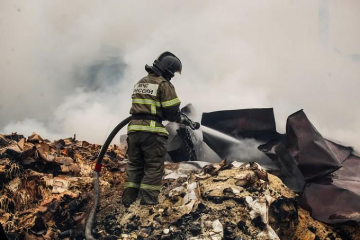 Несмотря на то что огонь на складах сбили еще ночью, проливать конструкции пожарные закончили к утру.