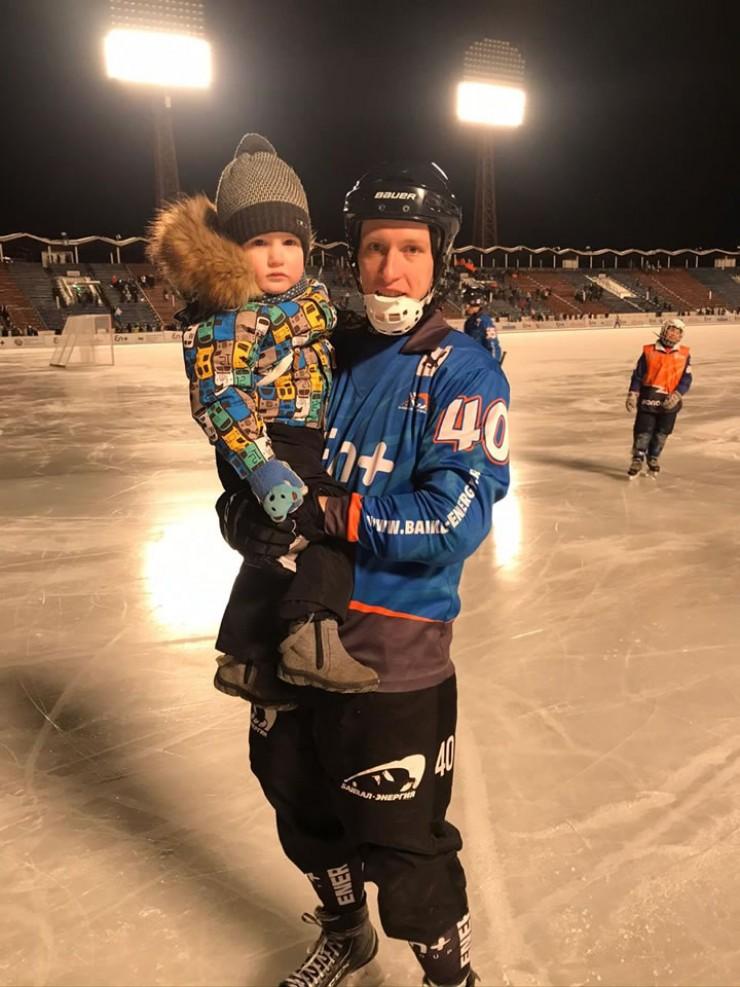 «Сыну Артему три года. Он уже активный, к спорту тянется. С клюшкой занимается, с мячом любит играть. Очень хотелось бы, чтобы Артем стал хоккеистом».