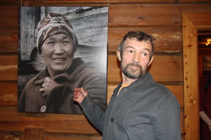 Сергей Игнатенко охотно проводил экскурсии по выставке и пообещал издать книгу своих работ