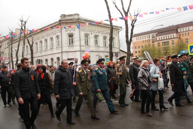 Торжественно шли по городу участники праздничного шествия.