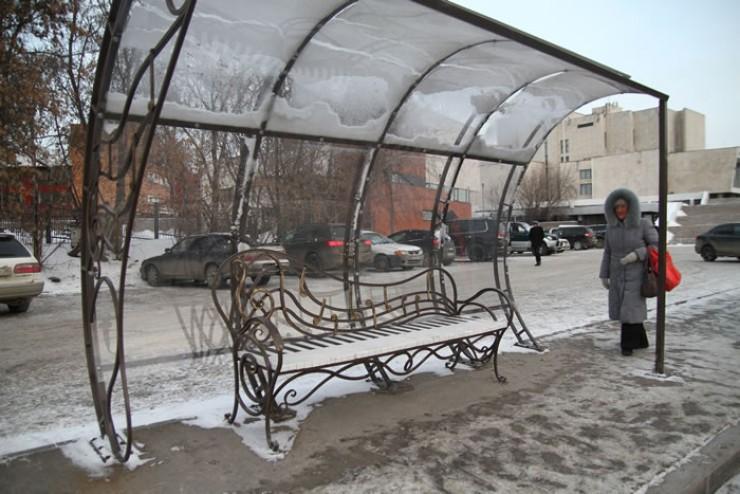 Необычная лавочка в виде рояля с нотами появилась в Иркутске на остановке «Музыкальный театр» на улице Седова (в сторону центра. — Авт.). Пока это единственная тематическая остановка в городе, но, вполне возможно, в следующем году появятся и другие, ведь горожанам и туристам такое новшество пришлось по вкусу