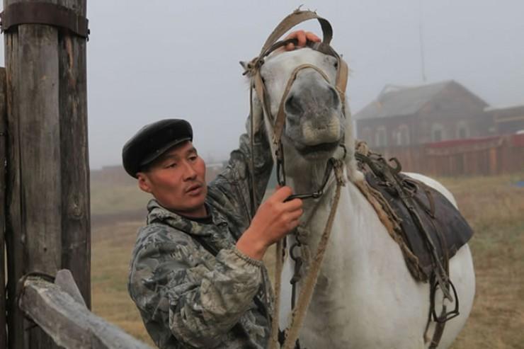 Почтальон Андриян Хромов добирается к жителям отдаленных деревень на коне, каждый раз преодолевая 200 км бездорожья.