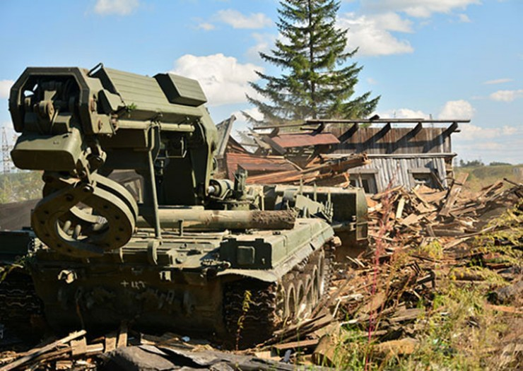ИМР-2 весом в 45 тонн «демонтирует», а по сути просто давит и потом сгребает в кучу очередной жилой дом в Тулуне, утонувший во время прошлогоднего наводнения.