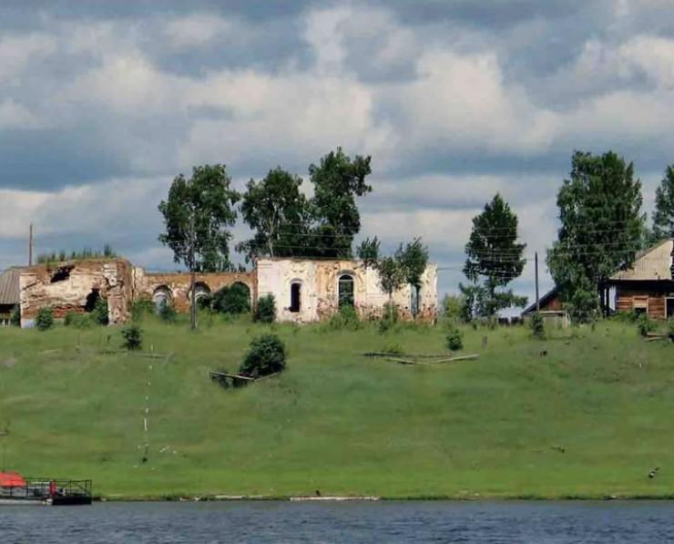 Церковь Спаса Нерукотворного Образа, основанная в 1792 году. Поселок Кежма Красноярского края, затопленный в 2012 году.