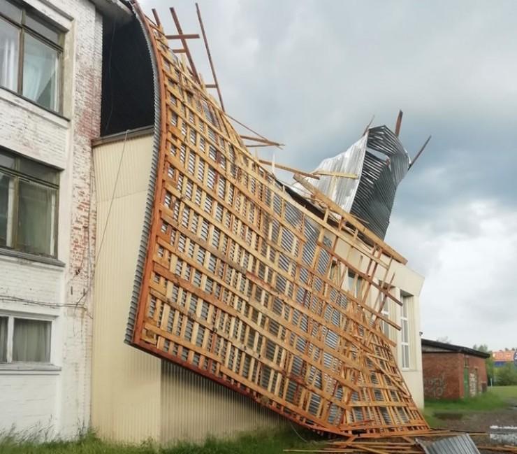От шквалистых порывов ветра изрядно пострадала крыша одной из средних школ города Зимы. Так здание выглядело в понедельник, 18 июня.