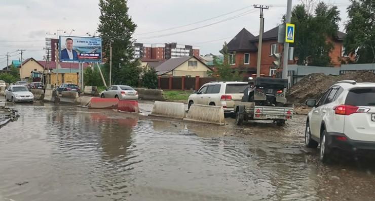 Привычная картина после дождя на многих улицах Иркутска, особенно в пониженных рельефах. На фото — улица Култукская, где сейчас строится система стоков, которой раньше здесь никогда не было.