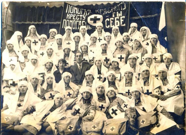 Валя Сбитнева среди девушек-медсестер (стоит в четвертом ряду вторая справа). Так выглядела советская организация «Красный Крест», которая стала преемницей общины сестер милосердия. Нижнеудинск, 1920-е годы