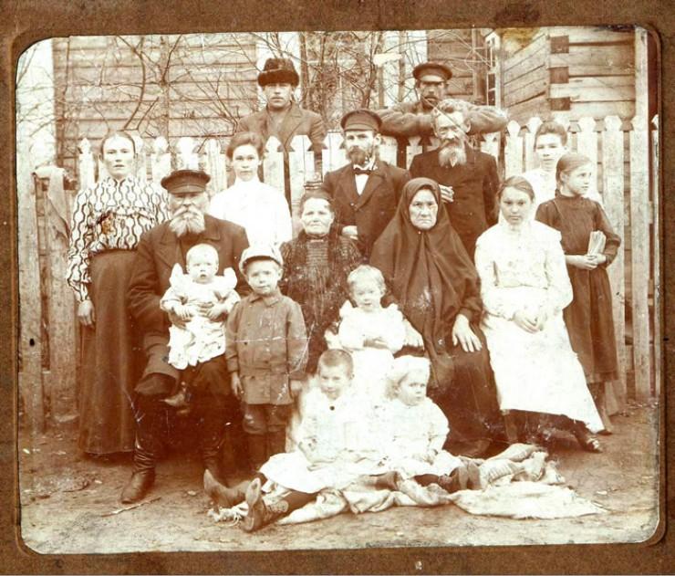 Нижнеудинск, 1903 год. Большая семья Сбитневых. Слева во втором ряду выделяется фигура хозяина: он уже седой, с большой окладистой бородой, в кожаном картузе, в смазанных салом сапогах — человек основательный и богатый. Он держит на руках маленькую внучку в красивом белом платьишке. Это дедушка Валеньки