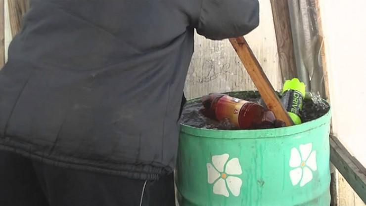 Есть несколько проверенных способов, чтобы лед не повредил бочки. Например, можно использовать пластиковые бутылки.