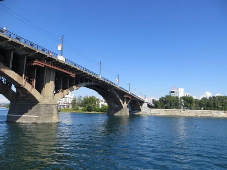 Последний раз мост полностью перекрывали 14 лет назад. Тогда демонтировали все старые бетонные плиты и рельсы, заменили их на новые и уложили асфальт на проезжей части.