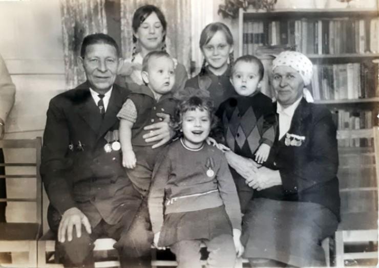 Послевоенное фото семьи Мотовниковых: Матвей Ефимович  и Мария Ивановна с детьми