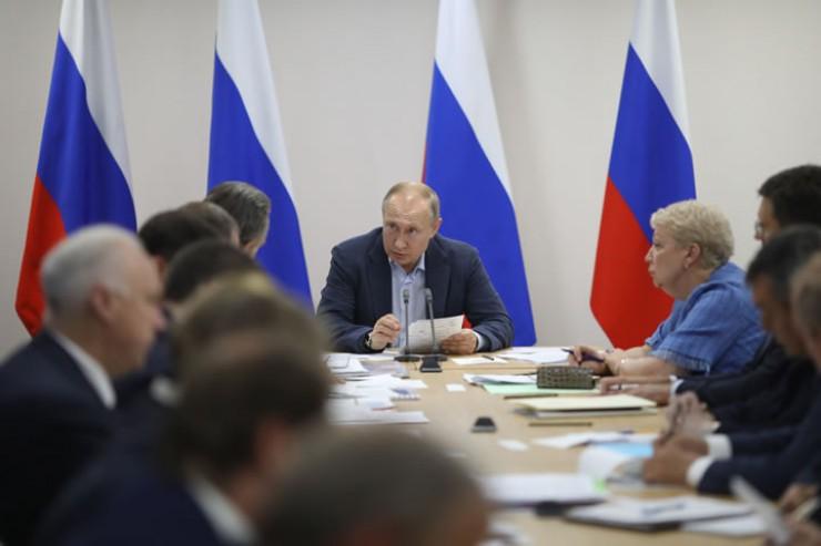 Владимир Путин: «Конечно, нужно следить за соблюдением закона, внимательно контролировать ситуацию с расходованием бюджетных средств, но делать это аккуратно, не нужно людям мешать работать»