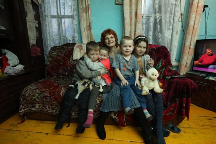 Екатерина Загорова с детьми из семьи Курловых