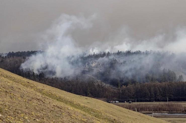 А это окрестности села Большое Голоустное. Пожар, который начался 7 мая, приблизился на опас-ное расстояние, но не дошел  до жилых домов, потому что ветер поменял направление. Тем не менее в ночь на 8 мая часть жите-лей (пожелавших этого) эвакуировали  в Малое Голоустное