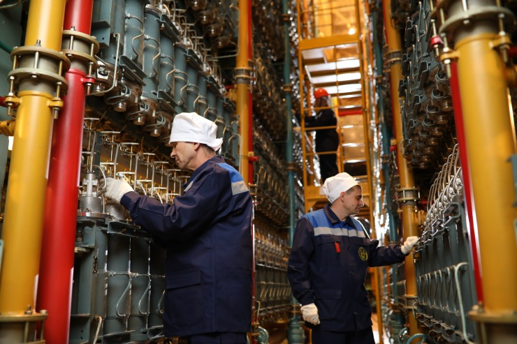 На комбинат были приняты специалисты и рабочие, которым предстоит заниматься развитием нового неядерного проекта.