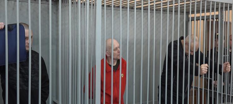 На фото из зала суда — обвиняемые по делу черных риелторов во время оглашения приговора. В центре — Дмитрий Перетолчин, получивший пожизненное заключение, справа — лидер группы Игорь Наталин