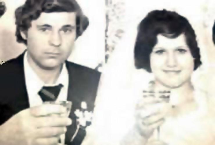 На фото — еще молодые супруги Мария и Анатолий Диденко. Впереди у них целая жизнь и, к сожалению, смерть. Мария решила убить мужа, когда завела любовника: очень уж ей не хотелось при разводе делить с супругом нажитое имущество. По плану это должно было выглядеть как ограбление без следов преступника. Так оно и было, пока исполнитель убийства не проболтался. Мария пряталась от суда с 2004 года, в бегах родила пятого ребенка, в школу и поликлинику мальчик ходил по копии поддельного свидетельства о рождении. Кстати, сейчас подсудимая выглядит соответствующе возрасту