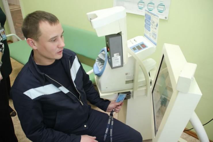 Водитель-загрузчик багажа Анатолий Каминский проходит медобследование на новом комплексе электронной системы медосмотров.
