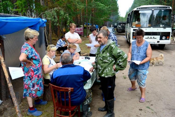 Первые списки пострадавших в поселке Приудинск специалисты составляли прямо в палаточном городе, в походно-полевых условиях.