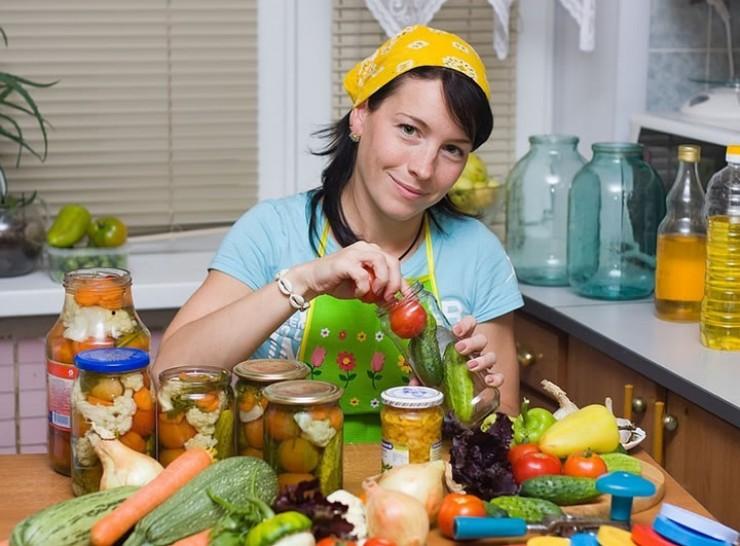 Сейчас все хозяйки приступили к домашним заготовкам. У кого-то имеются собственные рецепты приготовления солений, а кто-то в поисках новинок пользуется услугами интернета.