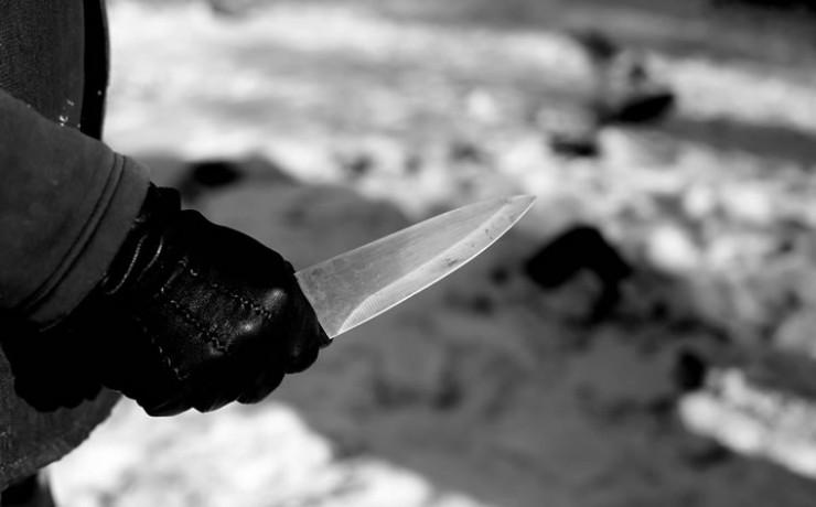 Сергей открыл багажник, чтобы взять там по просьбе Евгения ключ. Злоумышленник зашел со спины и нанес ему два удара ножом. Удары были смертельными.