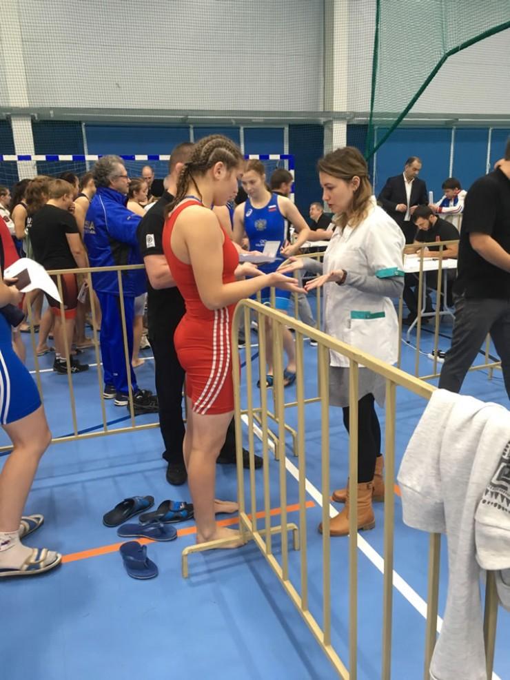 Перед началом соревнований у девушек проверяют ногти. С длинными бороться не пустят.
