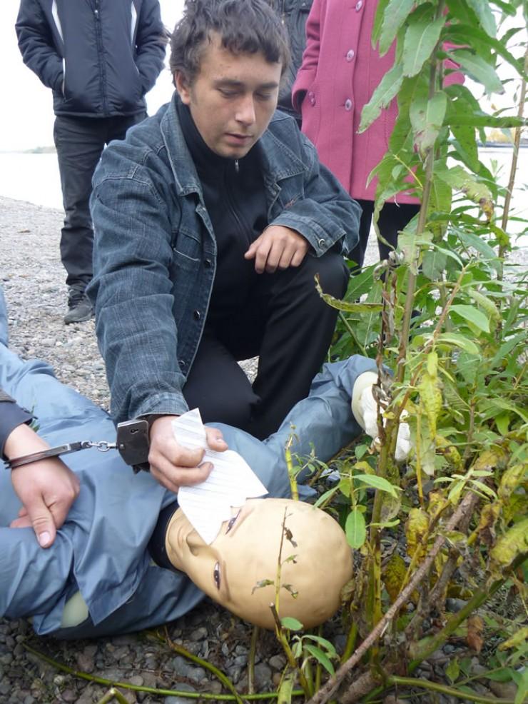 На кадрах оперативной съемки подозреваемый Вячеслав показывает, как убивал Николая. Преступник так и не смог объяснить, что на него нашло, но говорит, что не мог остановиться, пока не понял, что мужчина мертв
