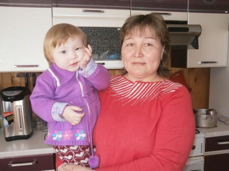 Татьяна Адамова мечтала о дочери, а рождались только сыновья. Теперь женщина отводит душу с внучкой Надей.