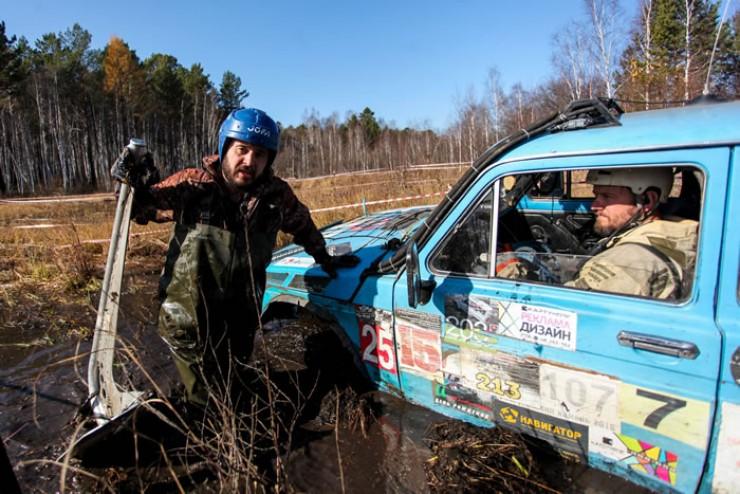 На одном из внедорожных участков серьезно застрял в болоте экипаж из Братска. Цеплять лебедку, чтобы выбраться, пришлось к настоящему якорю.