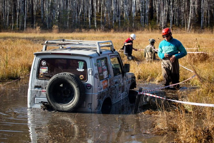 Чтобы спасти застрявшие машины, экипажам приходилось применять лебедку, и не всегда ее длины хватало до деревьев.