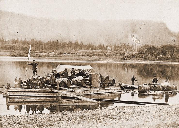 Переправа по реке Лене на судне-карбасе. Якутия, вторая половина XIX века