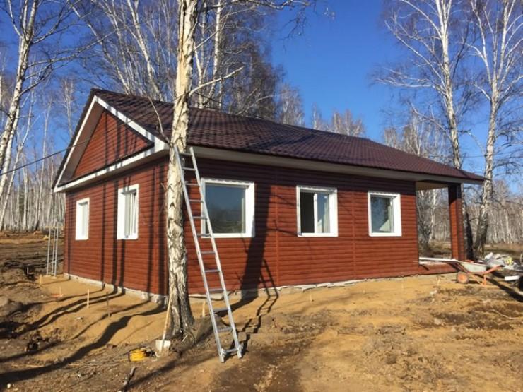 Первый дом, спроектированный ЛЦТП, в Тулуне уже построен. Теплый, комфортный, с отделкой «под ключ» — семьям, пострадавшим от паводков, такой вариант жилья очень нравится.