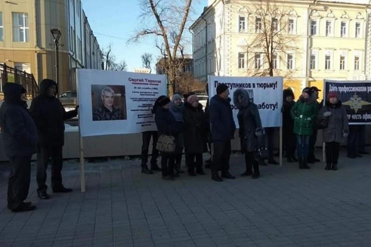 Пикет возле здания суда, организованный в защиту осуждённых сотрудников полиции. Среди иркутян есть те, кто до сих пор уверен в их невиновности