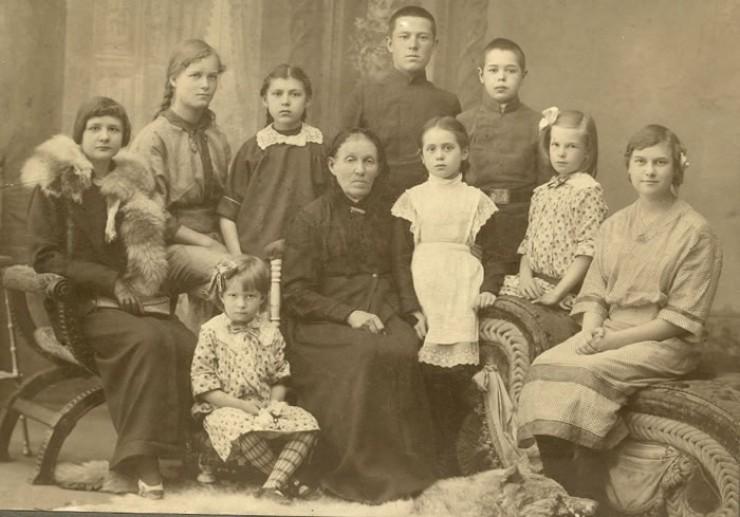 Прадед мужа нашей героини иркутский священник Иннокентий Иванович Писарев родился в большой, многодетной семье. На фото — его мама Зинаида Федоровна Писарева (в центре) в окружении внуков