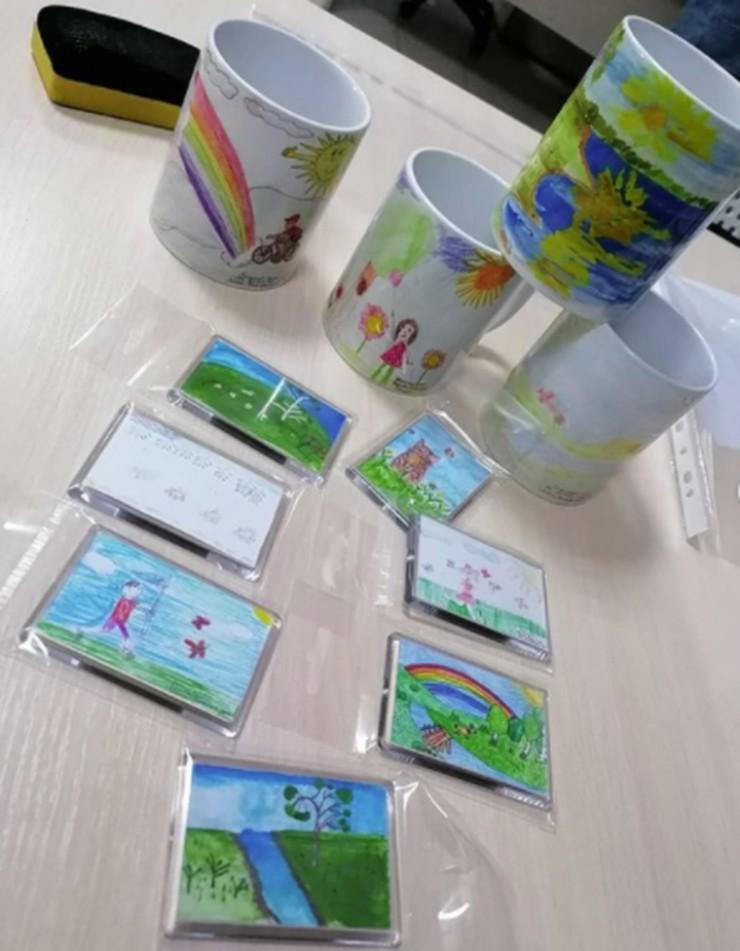Победители конкурса «Я рисую зелёное лето!» получили памятные призы с собственными рисунками на кружках и магнитах.