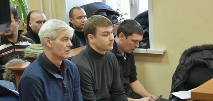 Подсудимые в зале суда (слева направо): Сергей Тарасов, Максим Круговой и Александр Кривошеин