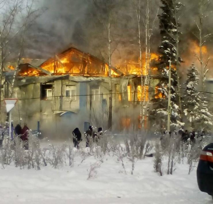 Пожар в школе поселка Алексеевск начался после того, как технические работники в подвале школы пытались отогреть паяльной лампой перемерзшую трубу.