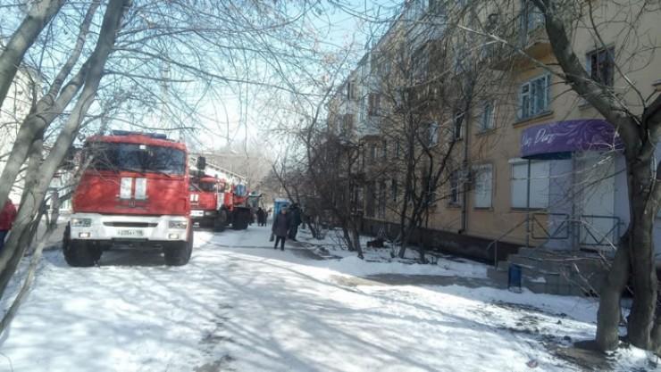 На ликвидацию пожара, случившегося в среду 20 марта в этом доме на улице Омулевского в Иркутске, хватило 15 минут. Как выяснилось позже, в квартире, где произошло возгорание, был ремонт, при проведении отделочных работ, возможно, были повреждены электрические коммуникации, что и стало причиной короткого замыкания