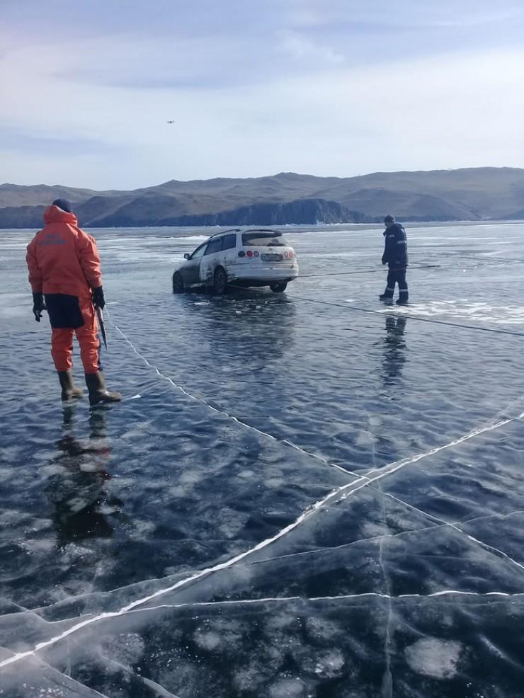 Байкал в районе Малого моря, у мыса Уляхта, 13 марта. «Тойота» передними колесами провалилась в промоину, водитель и пассажир успели выскочить. И вызвали спасателей